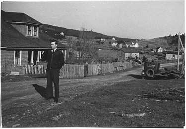 Jack Minnis in front of Will and Bessie Munroe's house where he and his wife Eileen lodged.